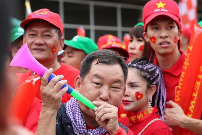 """<p> Những tiếng kèn vang lên, những giọng hát """"Việt Nam - Hồ Chí Minh"""" như càng tiếp thêm lửa cho các cầu thủ trước giờ G.</p>"""