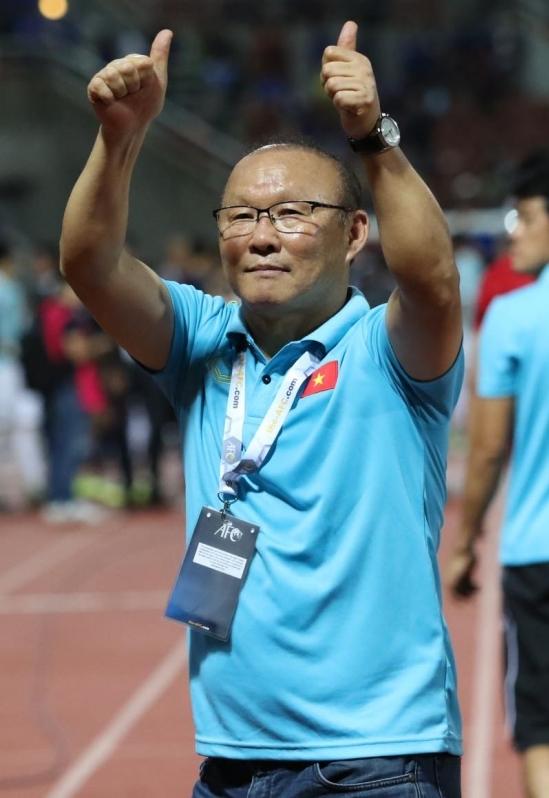 <p> Ông Park vui vẻ chào và cảm ơn người hâm mộ Việt Nam trên khán đài vì đã có mặt trực tiếp để cổ vũ tuyển Việt Nam.</p>