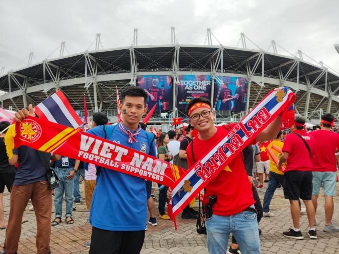 """<p> Tinh thần fair-play mà các CĐV của Việt Nam - Thái Lan thể hiện dù biết đây sẽ là trận đối đầu nảy lửa của hai """"kình địch"""" khu vực Đông Nam Á.</p>"""