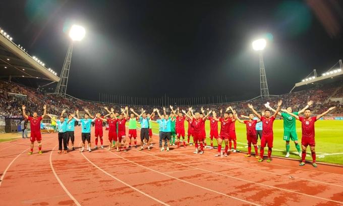 <p> Đội tuyển tri ân người hâm mộ bằng điệu Viking quen thuộc.Ngày 10/9 tới, đội tuyển Thái Lan sẽ gặp Indonesia trên sân Gelora Bung Karno. Trong khi đó, tuyển Việt Nam sẽ gặp Malaysia vào ngày 10/10 trên sân Mỹ Đình.</p>