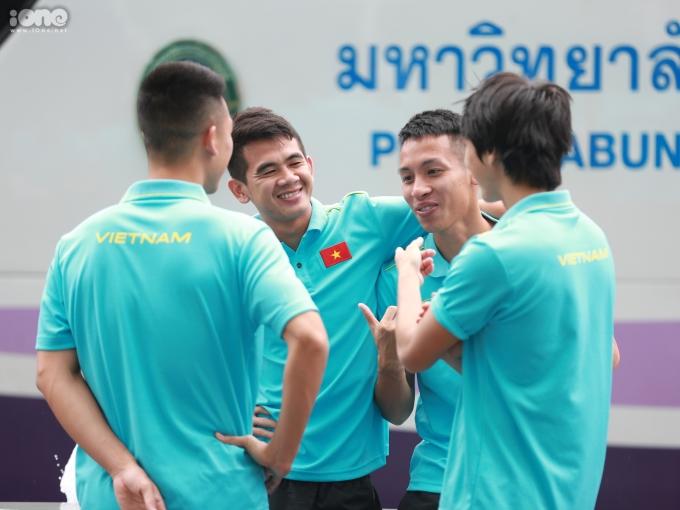 <p> Trong khi đó, nhóm cầu thủ Văn Kiên, Hùng Dũng, Tuấn Anh cười đùa, trêu chọc nhau.</p>