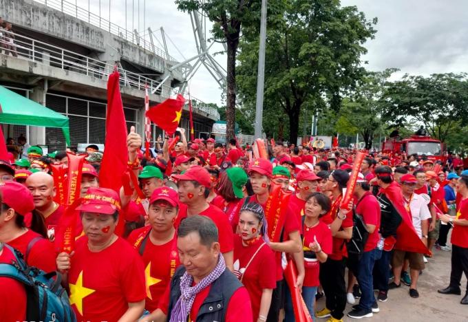 <p> Dù lượng vé bán ra cho CĐV Việt Nam rất khiêm tốn nhưng lượng người đổ về đây vẫn đông. Họ diện áo cờ đỏ sao vàng nổi bật cả một góc SVĐ.</p>