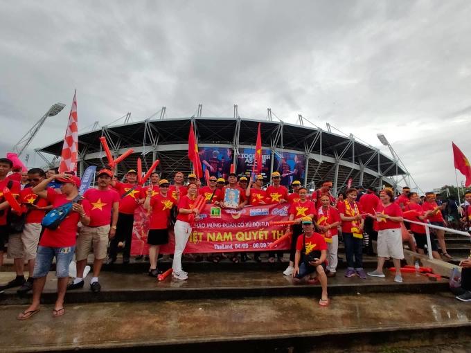 """<p> Có những người làm việc tại Thái Lan, số khác bay từ Việt Nam sang những ngày qua để cổ vũ đội bóng. Để có được tấm vé xem trận đấu trên sân khách, các CĐV cũng phải chật vật canh mua. Họ mang theo băng rôn in dòng chữ """"Việt Nam quyết thắng"""" để cổ vũ cho thầy trò ông Park Hang-seo.</p>"""