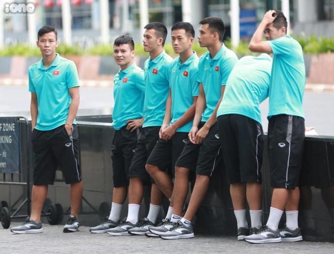 <p> Ở buổi tập chiều qua, 4/9, tuyển Việt Nam đã được làm quen với sânThammasat (SVĐ diễn ra trận đấu Việt Nam - Thái Lan chiều nay, trong khuôn khổ vòng loại World Cup 2022 khu vực châu Á).</p> <p> Sáng nay, 5/9, toàn đội bị HLV trưởng Park Hang-seo dựng dậy... tập thể dục buổi sáng. Buổi tập bất ngờ khiến các cầu thủ không tránh khỏi tình trạng ngái ngủ.</p>