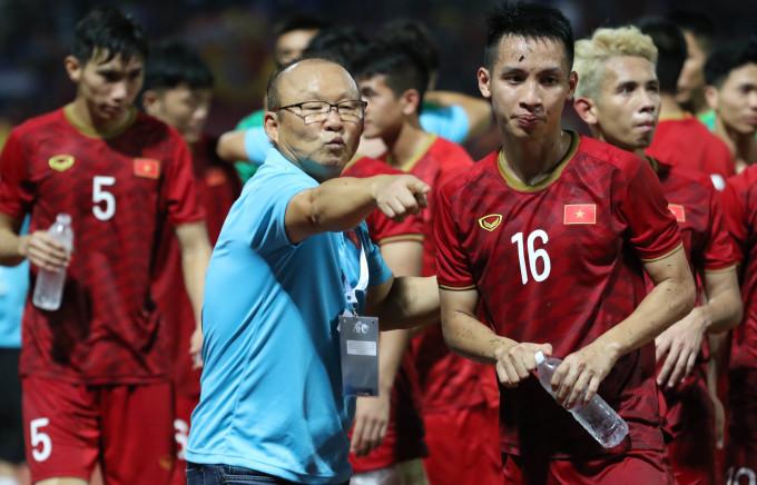 <p> Ông còn tận tình chỉ dẫn các cầu thủ rời sân để đảm bảo sức khỏe.</p>