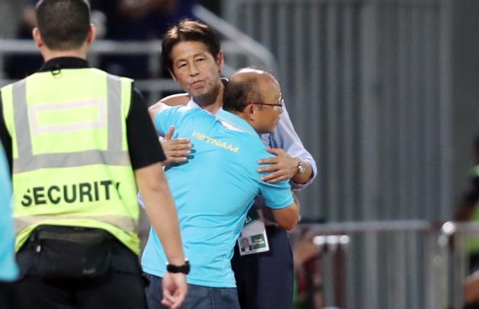 <p> Dù trước đó để xảy ra tranh cãi với các cộng sự trong Ban huấn luyện của ông Akira Nishino nhưng sau trận đấu, hai vị HLV vẫn trao cho nhau cái ôm trên sân.</p>