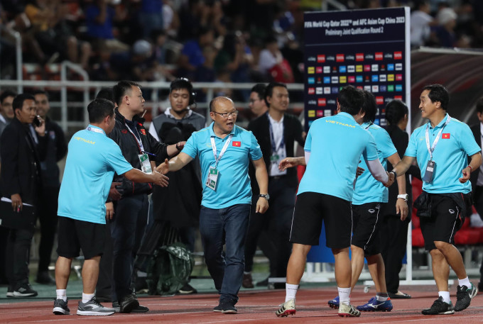 <p> HLV Park Hang-seo và các cộng sự chúc mừng nhau về một trận đấu được nhận xét khó khăn cho đội khách. Các cầu thủ Việt Nam đã nỗ lực và kết quả hòa là không tồi. Vị HLV người Hàn có tâm trạng khá thoải mái dù trước đó phải nhận một thẻ vàng từ trọng tài vì lỗi phản ứng.</p> <p> Tình huống diễn ra ở phút 87 khi Bùi Tiến Dũng chạm trán với Chanathip. Ngôi sao Thái Lan gạt tay trúng mặt trung vệ Việt Nam khiến anh đau đớn nằm sân. HLV Thái Lan - Akira Nishino - đứng gần đó to tiếng với Bùi Tiến Dũng, cho rằng anh đang ăn vạ để câu giờ. Thầy Park nhanh chóng có mặt để bảo vệ học trò. Ông phàn nàn với trọng tài và tranh cãi với đội ngũ trợ lý HLV của tuyển Thái. Lần đầu tiên ông phải nhận thẻ kể từ khi cầm quân đội tuyển Quốc gia Việt Nam.</p>