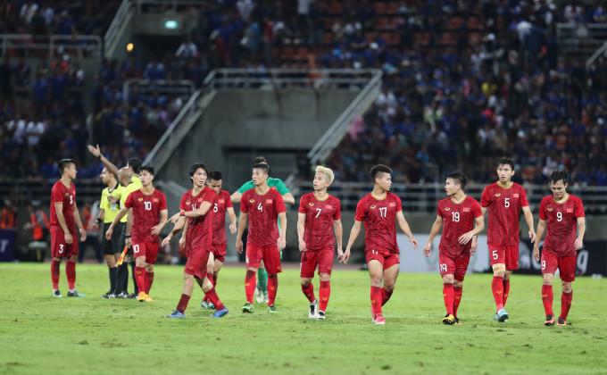 <p> Tuyển Việt Nam kết thúc trận đầu tiên bảng G, vòng loại thứ hai World Cup 2022, khu vực châu Á bằng trận hòa 0-0 trước Thái Lan. Các cầu thủ rời sân với tâm trạng khá hài lòng. Các cầu thủ đều nán lại khán đài để cảm ơn tri ân người hâm mộ.</p>