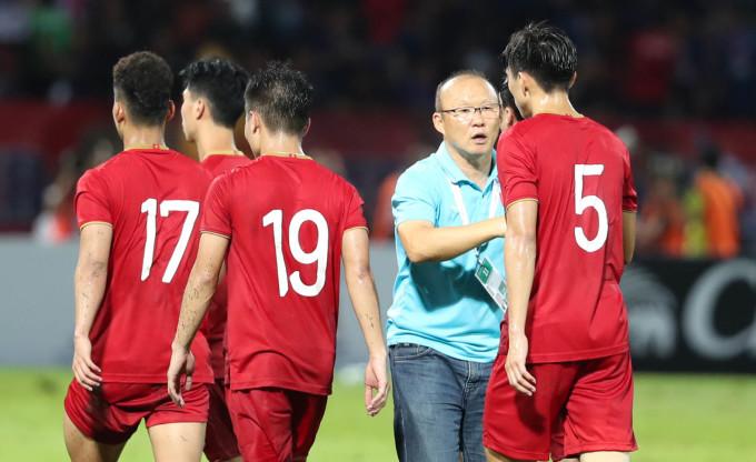 <p> Bỏ qua sự việc bị phạt thẻ, HLV Park nhanh chóng ra sân động viên các học trò sau trận đấu nhiều nỗ lực.</p>