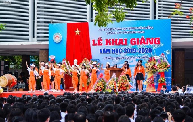 <p> Không khí ngày khai giảng trở nên rộn ràng tại ngôi trường nổi tiếng của thành phố Đà Nẵng. Cờ hoa được trang hoàng khắp nơi để chờ đón tiếng trống trường vang lên.</p>