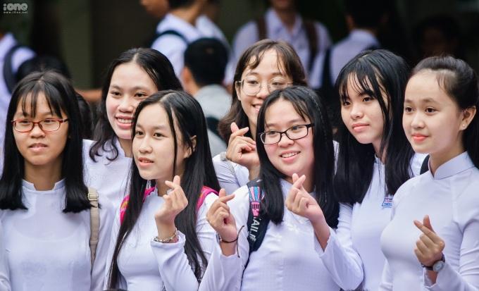 <p> Một nhóm bạn tranh thủ chụp ảnh kỷ niệm trước tiết học đầu tiên của năm mới.</p>