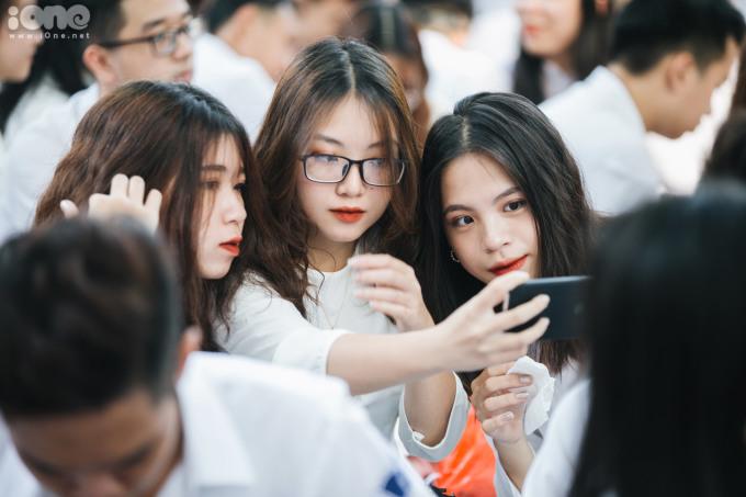 <p> Nhiều nữ sinh thích thú ghi lại những khoảnh khắc đẹp trong ngày tựu trường.</p>