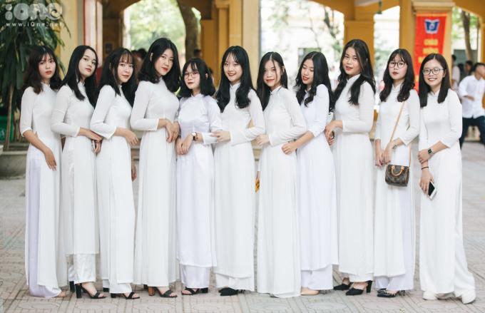 <p> Sáng 5/9, khoảng 2 triệu học sinh từ mầm non đến THPT ở Hà Nội bước vào năm học mới 2019-2020. Tại THPT Phan Đình Phùng (Hà Nội), nữ sinh diện áo dài đến trường.</p>
