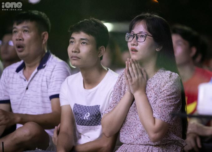 """<p> Chị Nguyễn Thu Hiền (Văn Khê, Hà Đông) bình luận: """"Hơi đáng tiếc khi Việt Nam đã bỏ lỡ nhiều cơ hội trong trận đấu này. Kết quả hòa cũng khiến chị cảm thấy hài lòng và hy vọng vào một chiến thắng ở lượt về"""".</p> <p> </p>"""