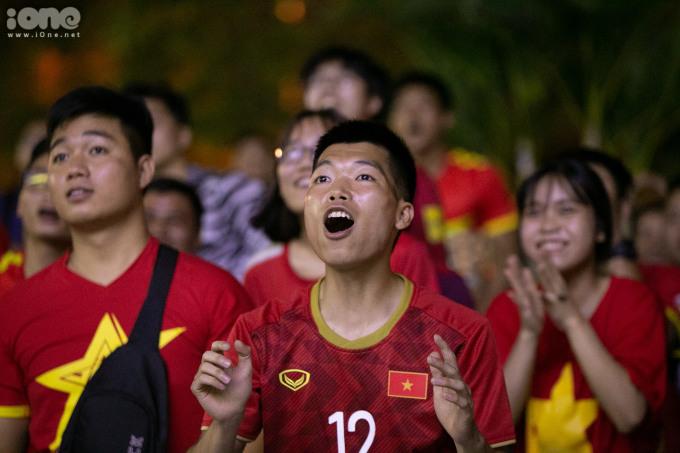 <p> Hàng trăm cổ động viên đã mang cờ, trống, băng rôn, khẩu hiệu… có mặt tại một địa điểm ở quận Hà Đông để cổ vũ cho đội tuyển Việt Nam.</p>