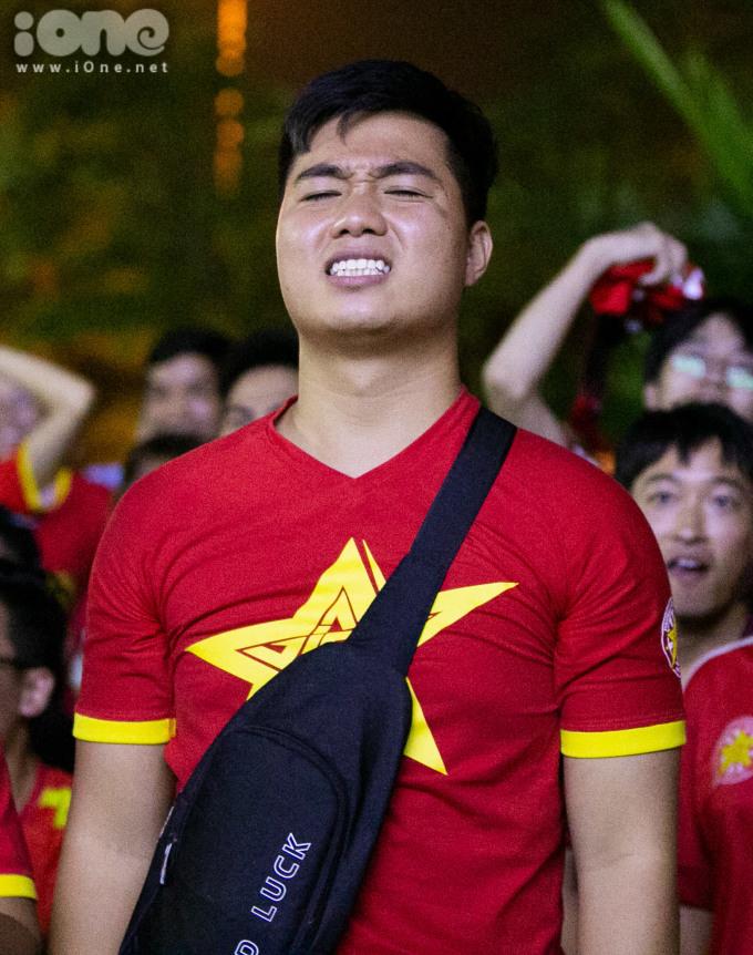 <p> CĐV tỏ vẻ tiếc nuối khi Văn Toàn bỏ lỡ cơ hội hiếm hoi để mở màn cho đội tuyển Việt Nam.</p>