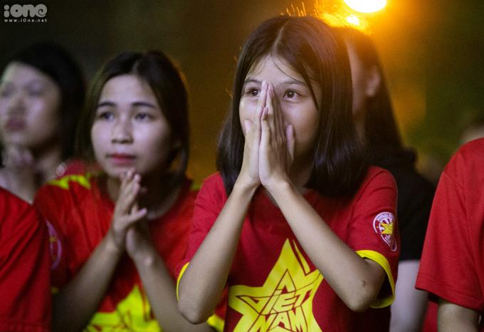 <p> Người hâm mộ đội tuyển Việt Nam nín thở với những pha bóng tấn công của Thái Lan.</p>