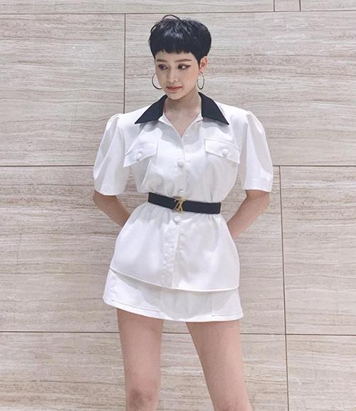 Trong một lần xuất hiện gần đây, Hiền Hồ khoe da trắng, dáng chuẩn với set váy vai phồng độc đáo của NTK Tăng Thành Công. Nữ ca sĩ chọn một chiếc thắt lưng bản nhỏ của Louis Vuitton để định hình vòng eo và làm điểm nhấn.
