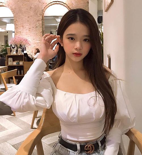 Lỗi thời trang của Hiền Hồ khiến nhiều người liên tưởng đến trường hợp của Linh Ka. Cô nàng cũng thường xuyên làm phí hoài đồ hiệu vì đeo thắt lưng ngược.