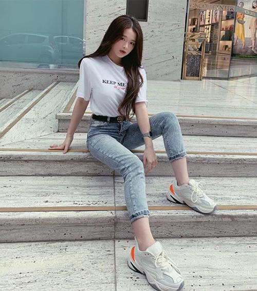 Việc đeo thắt lưng sai cách nhiều lần khiến Linh Ka còn bị nghi ngờ dùng hàng fake.