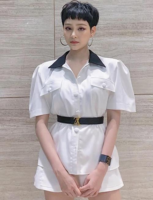 Chiếc thắt lưng hàng hiệu là một điểm nhấn đắt giá trên set đồ đen trắng của Hiền Hồ. Tuy nhiên nó trở nên kém sang vài phần vì nữ ca sĩ đeo ngược phần móc khóa. Logo LV bị xoay ngược lên trên, khiến chiếc thắt lưng không giữ được nét tinh tế vốn có.