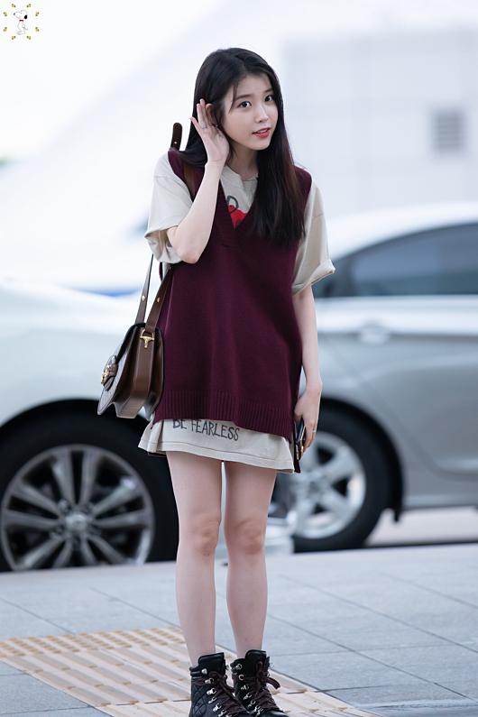 Trong phim Hotel Del Luna, IUhóa thân thànhnhân vật Jang Man Wol kiêu sa, sang chảnh với những bộ cánh theo style quý tộc. Ở ngoài đời, cô trở về với phong cách trẻ trung, gần gũi.