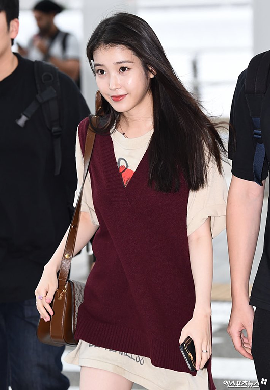 IU gây sốt với diện mạo nữ sinh trung học tại sân bay - 1