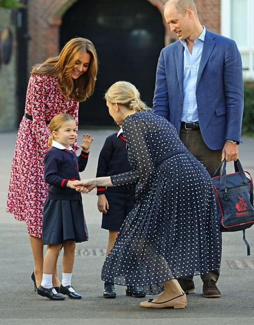 Charlotte bắt tay với bà Helen Haslen - ngườiphụ trách khối mẫu giáo ở St Thomas. Hoàng tử William cho biết con gái rất háo hức trong ngày đầu đi học.