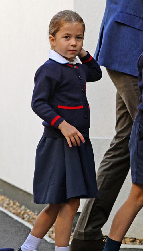 Trường St Thomas là nơi hai nhóc tì hoàng gia theo hoc. Theo tiết lộ của giới thạo tin, mức học phí của George hiện tại là 19.287 bảng Anh một năm (gần 24.000 USD). Tuy nhiên Charlotte được tính phí thấp hơn, còn khoảng 23.200 USD, do áp dụng mức giảm phí với anh chị em ruột. Tại trường, công chúa Charlotte sẽ có cơ hội theo học các môn nghệ thuật, ballet, kịch, truyền thông, công nghệ thông tin, tiếng Pháp, âm nhạc và thể dục.