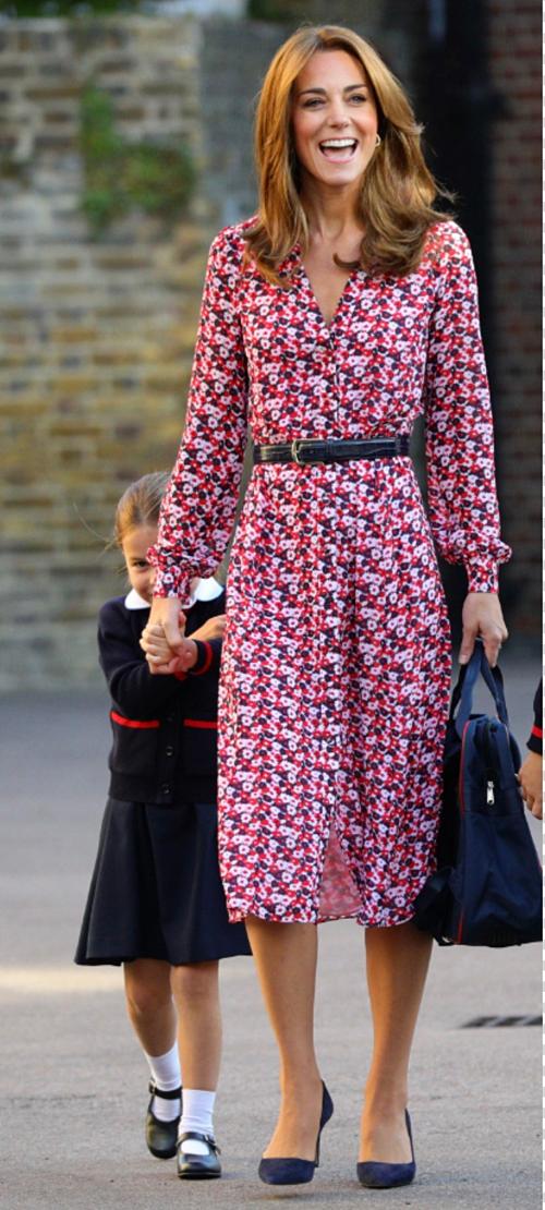 Cô bé trốn đằng sau mẹ khi nhìn thấy ống kính. Đây là lần đầu bà mẹ ba con Kate Middleton đưa con đi khai giảng. Trước đó, côbị lỡ ngày quan trọng này của Hoàng tử George năm 2017. Thời điểm đó, cô đang mang bầu con trai Louis và ốm nghén nặng.