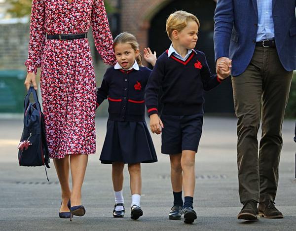 Trong khi cậu bé George tươi cười, tinh nghịch khhi trở lại trường, Charlotte tỏ ra bẽn lẽn.