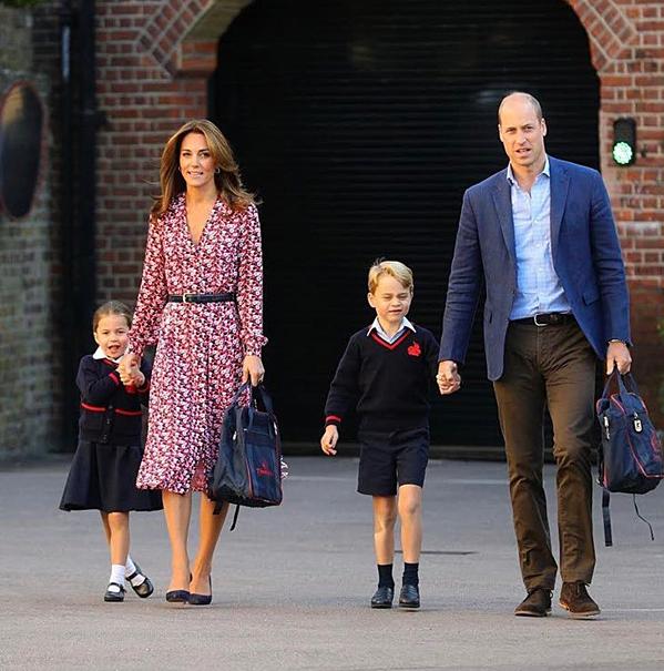 Kate nắm tay con gái còn Hoàng tử William dắt tay con trai. Đây là kỳ học thứ ba của George tại trường, trong khi với Charlotte là ngày đầu tiên.