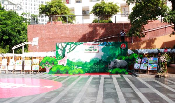 Khuôn viên trường Marie Curie với khẩu hiệu bảo vệ môi trường.