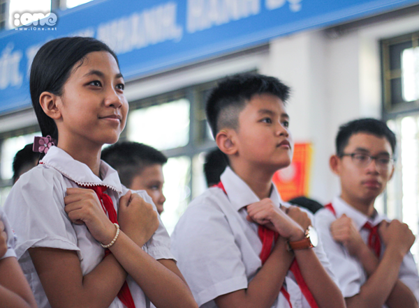 Học sinh hát quốc ca bằng ngôn ngữký hiệu.