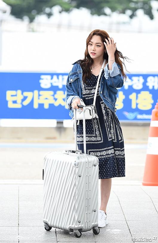 Đi cùng IU là đoàn phim Hotel Del Luna. Mina (Gugudan) diện đầm họa tiết cùng áo khoác denim.