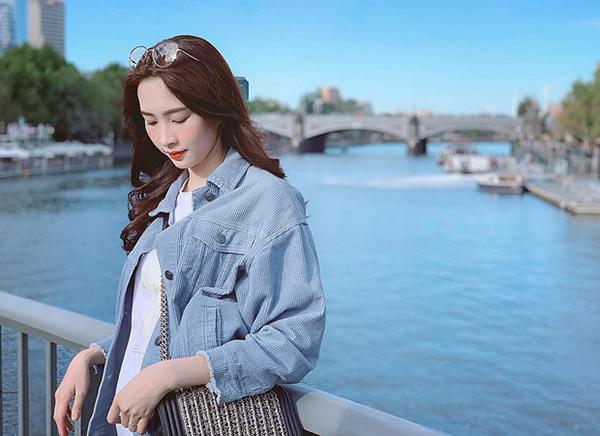 Trang phục của cô thường theo tiêu chí tối giản hết cỡ. Màu sắc nhẹ nhàng thể hiện vẻ đẹp nữ tính, tiểu thư của Thu Thảo.