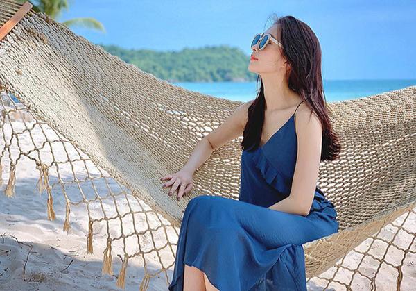 Những chiếc váy xanh đặc biệt được Thu Thảo ưa chuộng lúc đi biển.