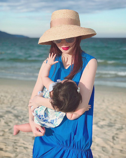 Bà mẹ một con sau 5 năm đăng quang vẫn giữ được vẻ trẻ trung chẳng kém các đàn em.