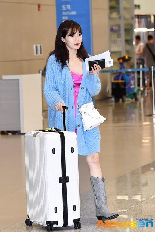 Hyuna xuất hiện với set đồ toàn màu nổi ở sân bay.