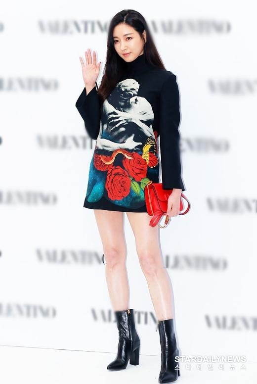 Người đẹp sinh năm 1978 nổi tiếng với biệt danh Hoa hậu ngực khủng nhờ sở hữuthân hình bốc lửa. Ở tuổi 41, Kim Ra Sang nhiều lần gây sốt vì xinh đẹp như gái đôi mươi.