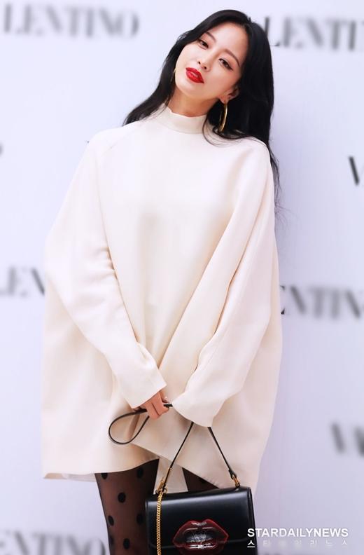 Nữ diễn viên Han Ye Seul gây ấn tượng với lối makeup sắc sảo và trang phụcsành điệu.
