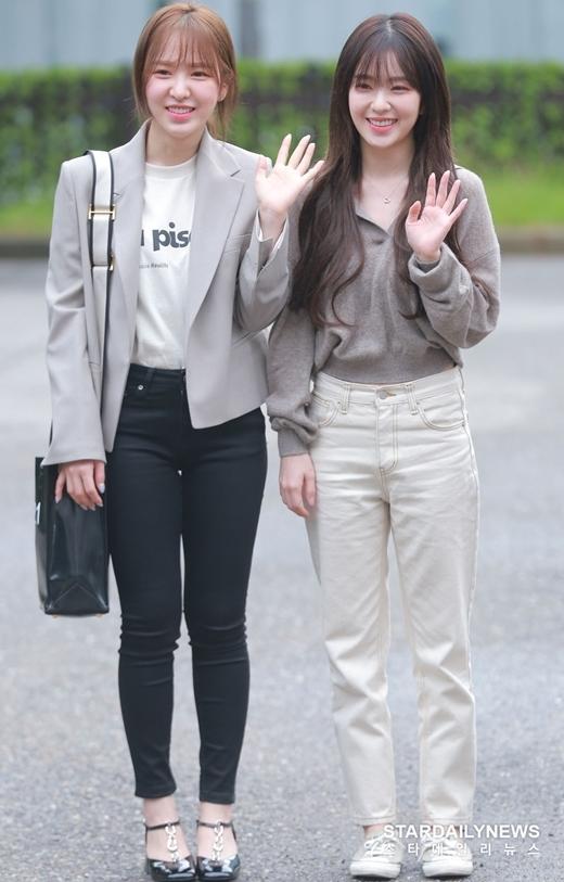 Wendy (trái) và Irene vẫy chào phóng viên, người hâm mộ.