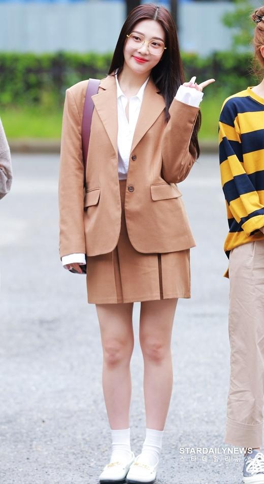 Joy là thành viên thu hút sự chú ý nhất nhóm trong lần xuất hiện này. Cô nàng lựa chọn set đồ màu be trẻ trung kèm kính mắt gọng tròn đáng yêu.