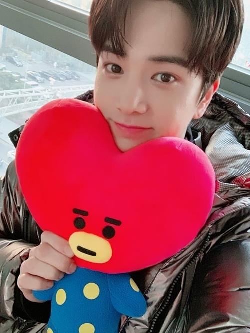 Kim Young Hoon là fanboy nổi tiếng của V. Anh chàng nhiều lần selfie cùng gấu bông Tata (nhân vật của V trong bộ sản phẩm BT21).