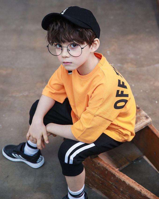 <p> Hiện cậu bé cao 116cm, nặng 19,5kg.Cooper Jian là gương mặt được nhiều thương hiệu thời trang thể thao ưa thích bởi thần thái toát lên sự mạnh mẽ, năng động.</p>