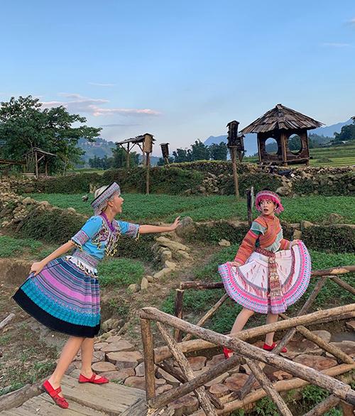 Cặp chị em Chi Pu - Quỳnh Anh Shyn hóa cô gái HMông nhí nhố khi du lịch Sa Pa.