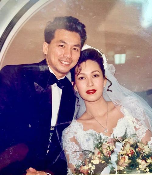 Nữ hoàng ảnh lịch Diễm My lục lại bức ảnh cưới xinh đẹp 25 năm về trước.