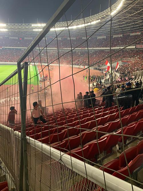 Khu khán đài của CĐV Malaysia hứng chịu vật thể lạ, thậm chícả pháo sáng.
