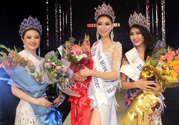 Trên các diễn đàn sắc đẹp, nhiều người đánh giá chất lượng thí sinh Miss Queen Korea ngày càng giảm. Việc trao tới 12 vương miện cho 12 cô gái giành giải hoa hậu, á hậu cũng khiến khán giả lúng túng trong việc phân biệt người chiến thắng.
