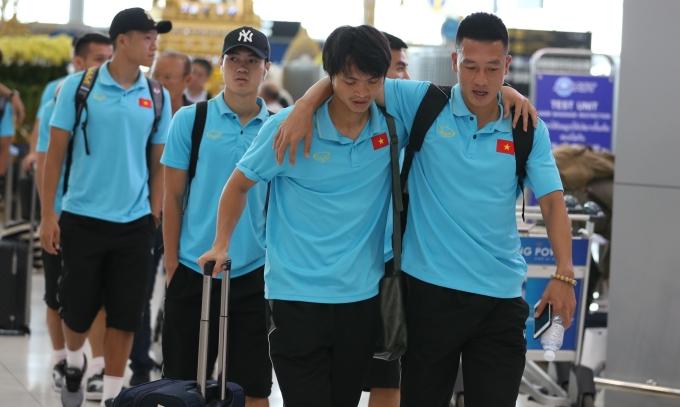 <p> Tuyển Việt Nam tập trung tại sân bay Suvarnabhumi sau trận hòa với Thái Lan tối 5/9. Thầy trò ông Park chia làm 4 nhóm để đi Trung Quốc, Bỉ, về Hà Nội và TP HCM. Riêng Văn Lâm ở lại Thái Lan để tiếp tục thi đấu cho Muangthong.</p>